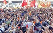 巴西前總統盧拉(中)上周六在聖保羅出席集會,受到支持者簇擁歡迎。(法新社)