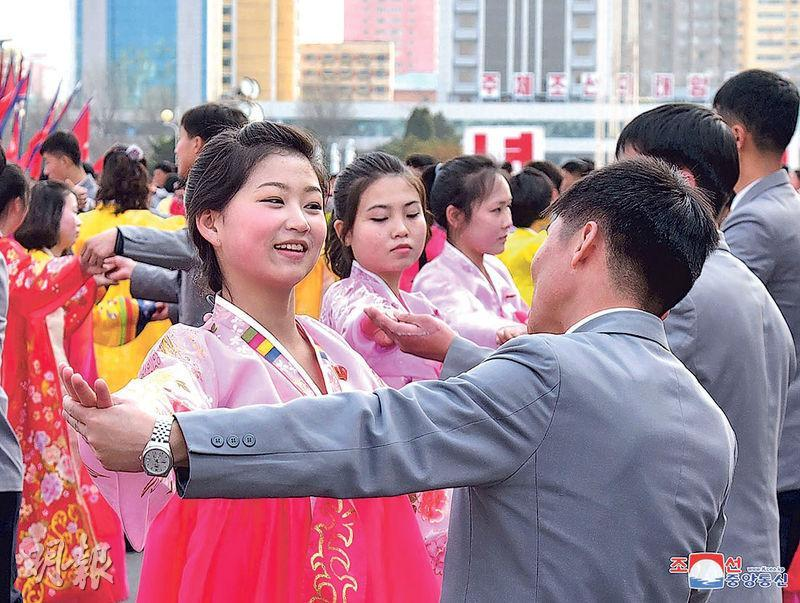 朝鮮官媒昨發放照片,顯示朝鮮學生跳舞慶祝已故領袖金正日當選朝鮮國防委員會委員長25周年。(路透社)