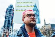 facebook醜聞爆料者懷利上月29日在倫敦國會外出席示威集會,要求調查是否有人利用fb用戶資料影響選舉結果。(路透社)