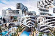 新加坡私人住宅翠城新景(The Interlace,圖)由多棟6層高的建築交疊而成,設計考慮社區聯繫及與自然共融,在2015年世界建築節奪得最佳建築物獎。朱海山指出,香港住宅建築設計較單一,「但不要相信這是建築唯一的可能性,要跳出思考框架」。