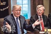 特朗普(左)周一在白宮會見軍方高層,新任國家安全顧問博爾頓(右)亦在場。(法新社)
