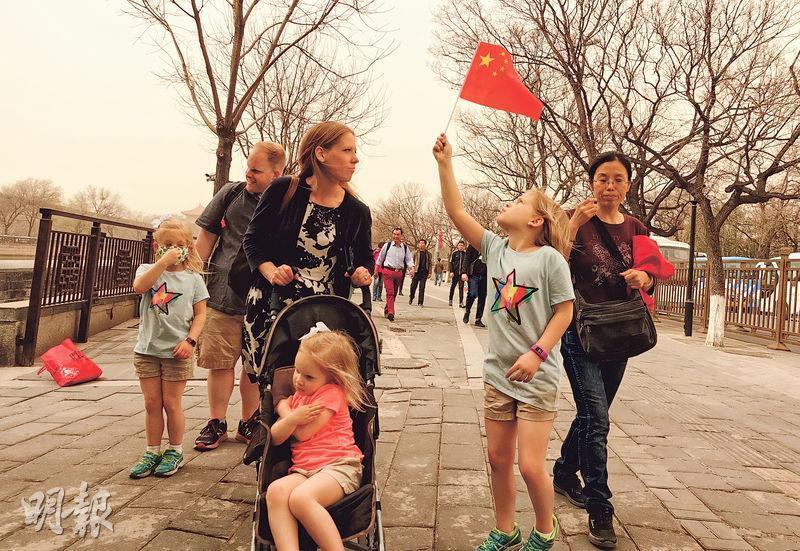 霧霾影響內地多個城市,一直受外界批評。2018年3月28日,霧霾及沙塵夾攻北京,全城空氣質量已達嚴重污染水平,圖為當日在北京故宮周邊參觀的遊客。