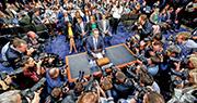 朱克伯格(中)周二到國會山莊出席聽證會時成為眾人焦點。他在為時5小時的聽證會中接受44名議員盤問,其回應獲市場讚好,fb股價急升。(新華社)
