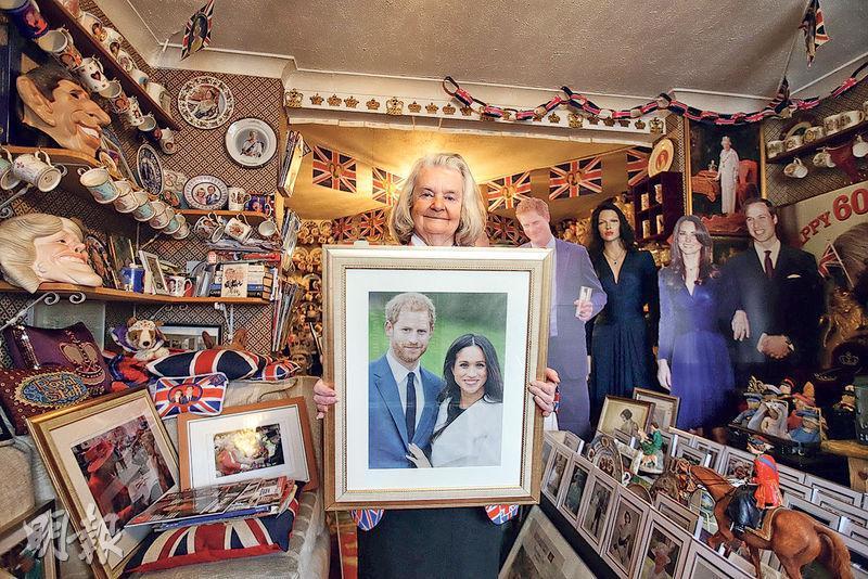 隨着哈里王子婚期臨近,英國的王室擁戴者亦日漸興奮,準備各種方式慶祝。圖為居於倫敦的王室超級粉絲泰勒(Margaret Tyler)女士在其家中展示哈里王子與馬克爾的訂婚照。泰勒收集關於王室的物品數十載,目前家中各類收藏品逾萬件。(法新社)