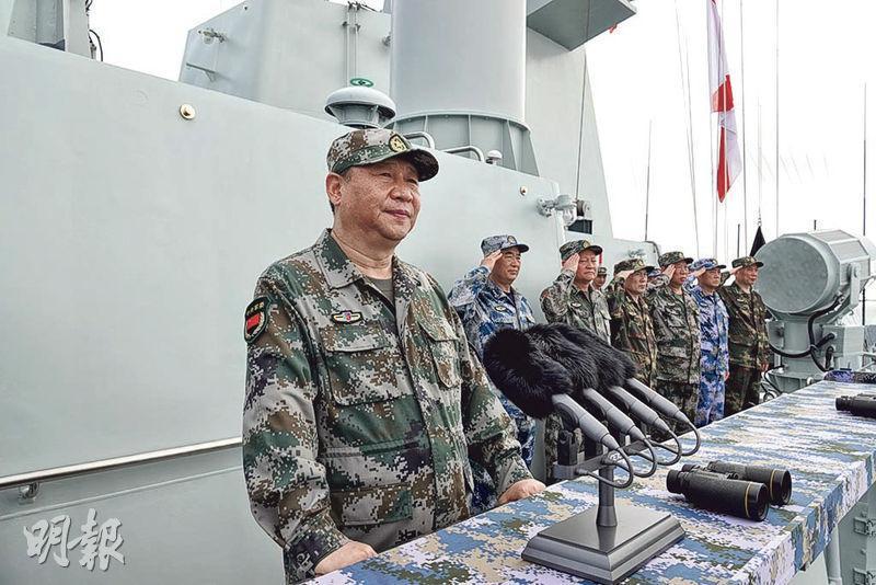 國家主席習近平(前)在閱兵時要求加快海軍現代化進程,建成世界一流海軍。圖為習近平在長沙艦上檢閱部隊。 (新華社)