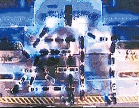 「抖友」號召40多輛私家車在江海博物館廣場砌出「海門」及開着車頭燈,在旁的「抖友」亮起手機電筒支持。(網上圖片)