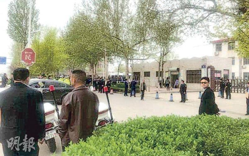 吳學占等15人涉黑案昨日開審,警方在現場拉起警戒線及安排便衣人員把守。(網上圖片)