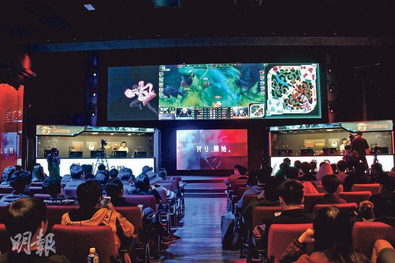 位於台北的Garena電競館內設有大銀幕,直播電競賽事畫面。舞台兩側設有對戰室,台下觀眾可以同步觀察選手的操作。