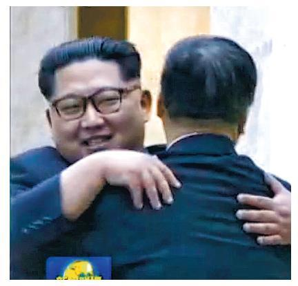 朝鮮領導人金正恩(左)看見到訪的中聯部長宋濤後,熱情地擁抱他。(央視截圖)
