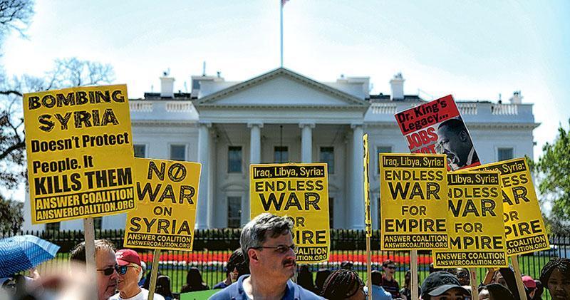 上周六有市民於白宮外集會,抗議美國攻打敘利亞,認為空襲只會殺死敘國民眾,不會起到保護作用。(新華社)