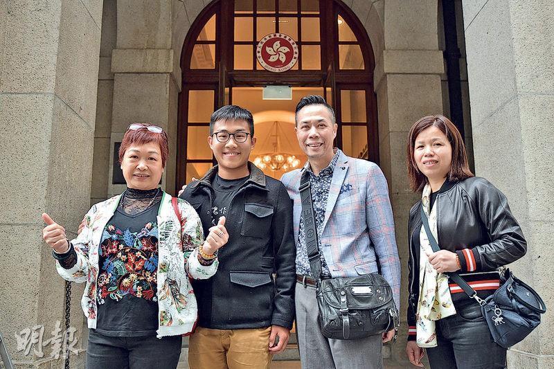 社民連副主席黃浩銘(左二)昨於終院申請保釋獲批,加上佔旺藐視案刑滿出獄,終可與父親(右二)團聚。(蘇智鑫攝)