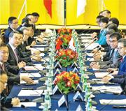 中日經濟高層對話中斷近8年之後,昨在東京再次登場。圖為國務委員兼外交部長王毅(左三)和日本外相河野太郎(右二),共同擔任執行主席。(路透社)