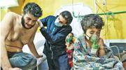 圖為臨時搭建診所,受化武影響民衆正接受治療。