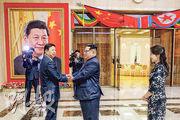 朝鮮領袖金正恩(右二)及夫人李雪主(右一)在掛着習近平相片的會場歡迎中聯部部長宋濤(左一)。(法新社)