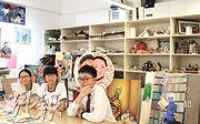 學生黃詩祺(左起)、葉瑩瑩與李偉雄放學常留在視藝室創作,訪問中三不五時便提起視藝科教師鄺啟德的名字,感覺如老朋友。