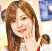須藤凛凛花婚後首度亮相公開活動,即場展示婚戒,又穿著圍裙示人,擺出「新手人妻」姿態。