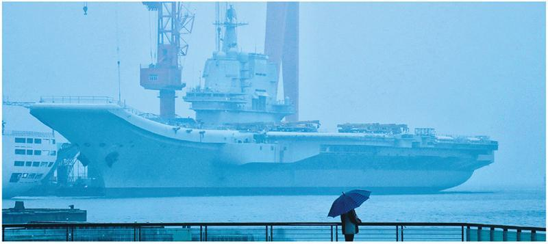 昨清晨有民眾冒雨前往碼頭遠眺國產航母。(網上圖片)