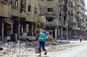 敘利亞軍方上周五組織傳媒團到杜馬市採訪,可見當地街道滿目瘡痍,但居民生活漸復常。(法新社)