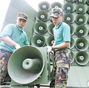 韓國國防部於周一凌晨零時停止對北的宣傳廣播後,拆除豎立於非軍事區前線的擴音器。(網上圖片)