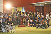 香港在「無國界記者」最新的全球新聞自由指數排名上升3位,在180個國家及地區中排第70。「無國界記者」觀察報告指中國使用科技令其新聞審查和監控到達前所未有的程度,影響力更擴散至亞太地區,台灣、香港正「以不同方式抵禦」。圖為本港傳媒昨日在立法會採訪。(郭慶輝攝)