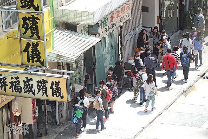 有不少先人的骨灰暫放長生店,部分店舖設「月租骨灰位」,也可能會把骨灰一包包放在店內的抽屜或膠箱,市民清明時節便到長生店祭祖。