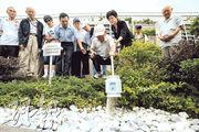 私營的將軍澳華人永遠墳場也設有紀念花園。圖為一群由聖雅各福群會安排的長者參觀撒骨灰儀式及安裝墓牌過程。
