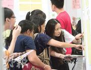 圖為2017年於西九龍中心舉行的青年就業招聘日,由勞工處展翅青見計劃及新界社團聯會再培訓中心合辦,40名僱主提供約4000個職位空缺,大會表示有700人即場獲取錄。