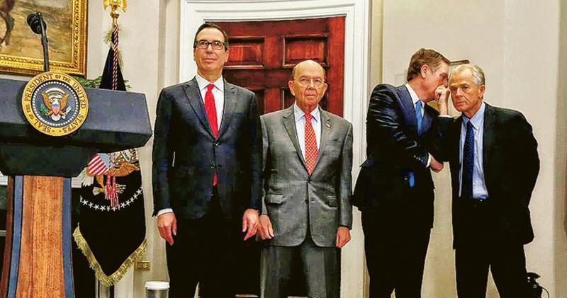 美國財長梅努欽(左一)、貿易代表萊特希澤(右二)與白宮貿易顧問納瓦羅(右一)即將來華訪問。左二為美國商務部長羅斯。圖為4人上月在白宮。(路透社)