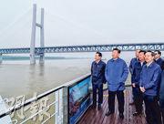 國家主席習近平(左二)在荊州港碼頭登上輪船,順江而下考察長江,交通部長李小鵬(左一)陪同。(新華社)