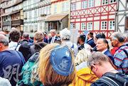 德國中部城市艾爾福特(Erfurt)昨日亦有「小圓帽遊行」,聲援猶太人社群。(法新社)