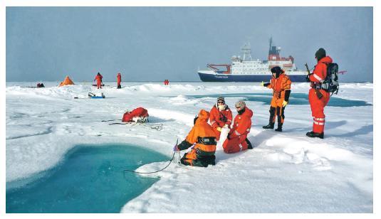 科學家在北冰洋抽取樣本,檢驗微塑膠含量。(網上圖片)
