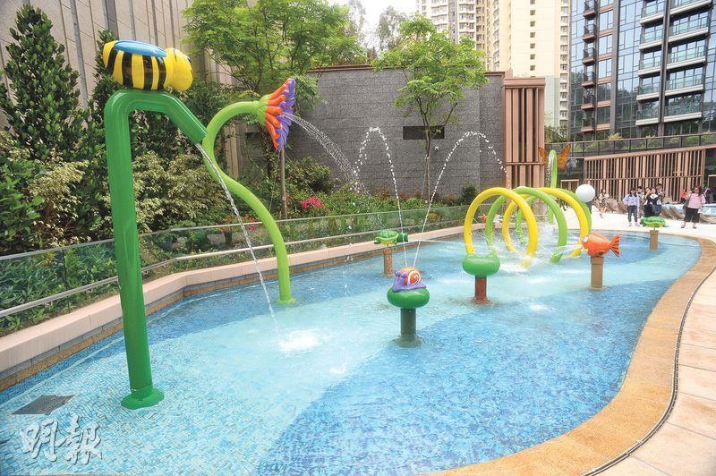 皓畋會所佔地逾16萬方呎,圖為約50米戶外游泳池及童樂池,為住戶提供水上消閒娛樂。(劉焌陶攝)