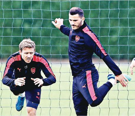 阿仙奴守將蒙利爾(左)及哥拉辛拿斯積極備戰馬德里體育會的歐霸4強大戰。(Getty Images)