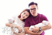 新手爸爸郭可頌不敢亂抱重5磅的女兒,要靠老婆熊黛林出手協助。