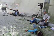 阿富汗喀布爾昨發生連環爆炸,現場記者死傷慘重。(路透社)