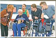 古多爾(左二)周三在家人陪伴下到達珀斯機場,準備出發前往瑞士安樂死。(網上圖片)
