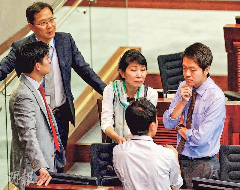 立法會內會昨日討論譴責許智峯(右)議案的議程,多名民主派議員昨均指許的做法有錯,但用譴責動議處理是不符比例。