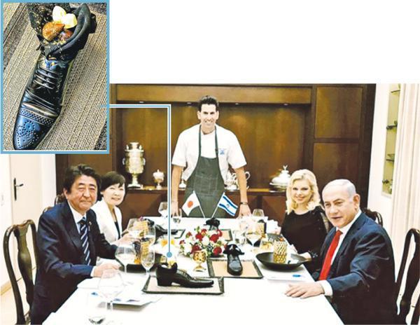 日本首相安倍晉三伉儷(左)上周獲以色列總理內塔尼亞胡夫婦(右)邀請到官邸共晉高級餐點,以色列名廚塞格夫(中)設計的甜品朱古力果仁糖被放在皮鞋形狀的雕塑中,惹來不尊重日本文化的爭議。(網上圖片)