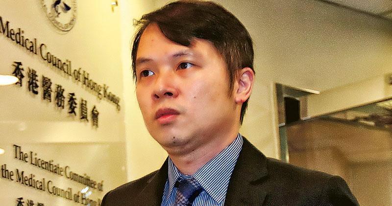 「紗布封喉」護士在前年聆訊中站起來向病人家屬致歉,主診醫生黃卓義(圖)在過去兩日的醫務聆訊沒表示歉意,亦沒回應記者提問,他昨被判除牌半年。(李紹昌攝)