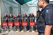 前首相納吉布夫婦昨晨傳到梳邦機場乘搭私人飛機赴印尼,大批民眾到機場打算阻截,當局加派警員在機場客運大樓外戒備。(法新社)