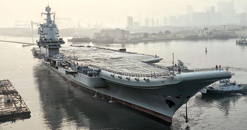 昨日清晨,首艘國產航母從大連造船廠碼頭啟航,執行海上試驗任務,檢測驗證動力系統等設備的可靠性和穩定性。 (新華社)