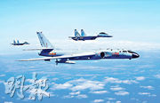 空軍昨向海內外發布宣傳片《中國空軍新航跡》,展現了蘇-35、轟-6K等。圖為上周六空軍蘇-35戰機與轟-6K戰機(前)編隊飛行。(新華社)