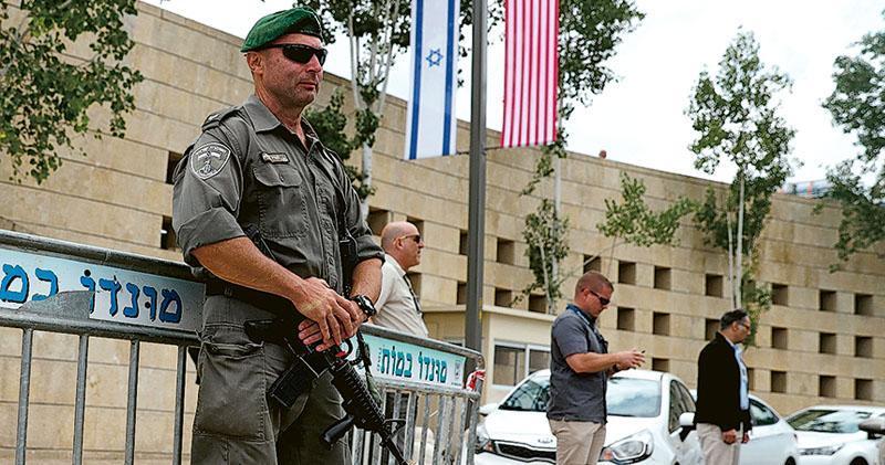 以色列保安部隊成員昨在耶路撒冷的美國領事館外當值,領事館今天會變成美國駐以色列大使館。(法新社)