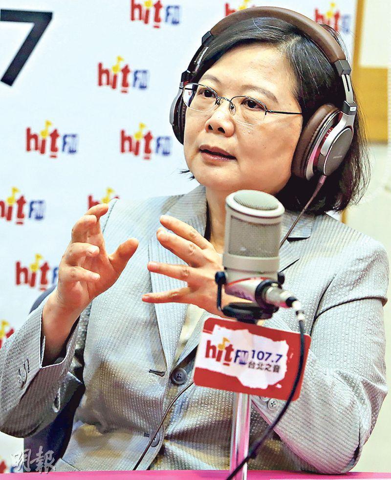 台灣總統蔡英文昨接受專訪表示,對於民調下滑,「覺得做對的事情,且對國家有用,就要穩穩往前走」。(中央社)