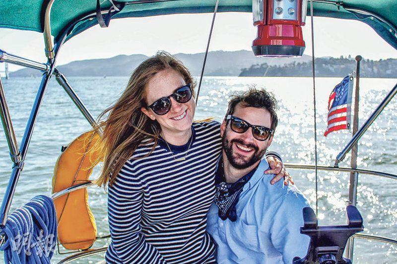 三藩市的魯蘭夫婦買帆船做居所,減少昂貴租金負擔。(網上圖片)