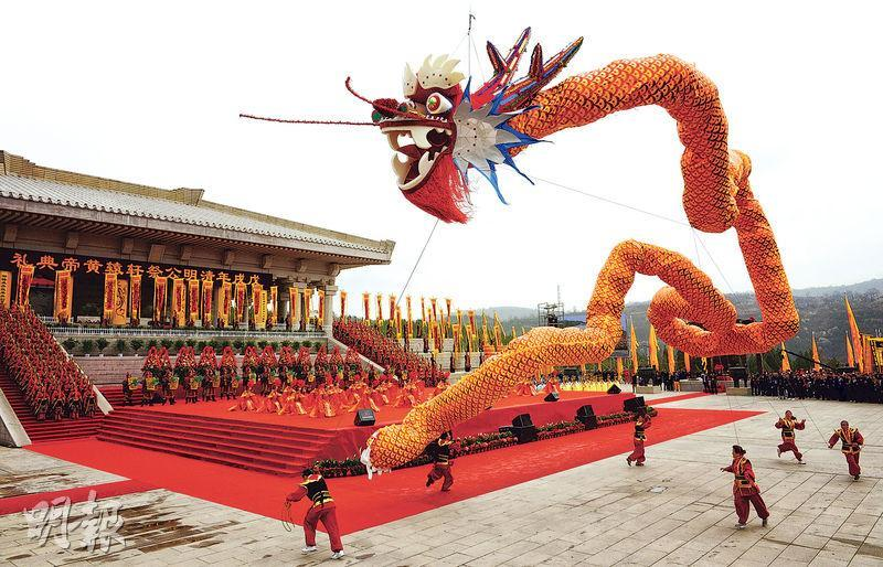 陝西在清明舉行公祭軒轅黃帝典禮,當局安排身穿傳統服飾的舞者在台上祭祀。近萬名市民到場參加儀式。
