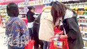 有澳洲媽媽在網上貼出相片,指中國人在超市搶購奶粉,影響當地供應。(網上圖片)