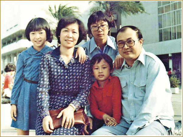 何紫(右一)與家人合照。