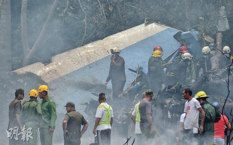 古巴首都緊急人員在何塞馬蒂國際機場處理客機意外時,現場仍有白煙冒出。(法新社)
