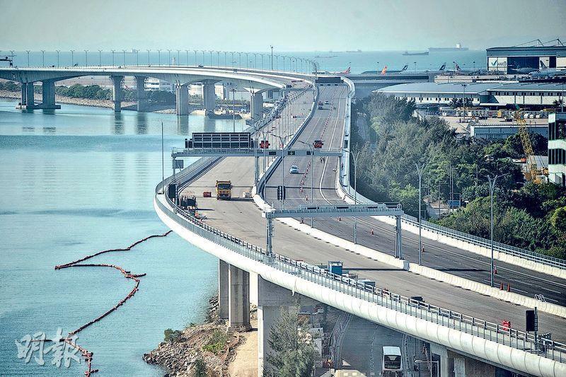 港珠澳大橋料今年內通車,除出租汽車許可證的私家車,其他口岸的本港跨境私家車未來兩年均可免手續行走港珠澳大橋。圖為位於赤鱲角機場附近一段港珠澳大橋。(明報記者攝)